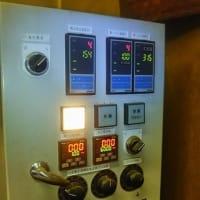 放射冷却・・・今朝の工場内焙煎機、「1℃」からスタート!今日も張り切って、加賀棒茶の焙煎開始で~す。