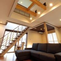 間取りとプランとインテリアの設計デザイン色々と暮らしの空間に様々な効能を生み出すインテリアの要素、照明計画も大切で同じ空間であっても「それ」でイメージも居心地も変わりますから。