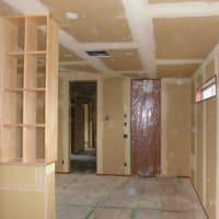 (仮称)時間の流れとルーツを豊かに感じる郊外に佇む平屋の家リノベーション工事・内部空間構成の工事は造作と仕上げ下地も最終段階で壁紙工事準備・設計とデザインでの工夫と付加価値のある暮らし。
