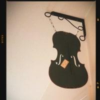 壊れたバイオリンで吊り下げ看板風♪