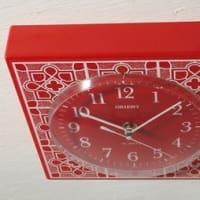 時計 レトロ*壁に四葉のクォーツ、枕元に木目のドラム。