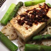 鶏胸肉と赤ピーマンのチャイナ風、豆腐ステーキにんにくソース、人参のヨーグルトサラダ