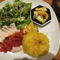 「ano.café(あのかふぇ、アノカフェ)」でランチ。たっぷり野菜と蒸し鶏のトマトソースがけ&シーフードライス