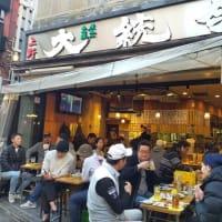 この初夏のような暑さのなかで上野のサクラ(寒桜)も満開の様相、近くのアメ横では人混みと多くの客が・・