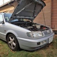 VW B4パサート・ヴァリアント、パワーステアリング・フルードを補充しました。