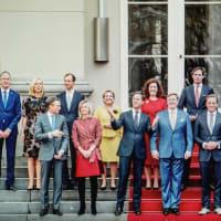 オランダ(民主主義)の閣僚の集合写真 vs 日本(国体主義)の閣僚の集合写真ーーとても分かりやすいです(笑)