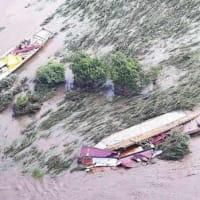 長良川の鵜舟が濁流で転覆、流される