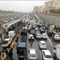 イラン  ガソリン価格引き上げで抗議デモ