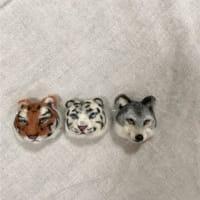 トラとオオカミのブローチ