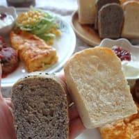 手のひらサイズのミニ食パンと珈琲。