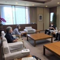 具志堅隆松さんが、南部の土砂問題で謝花副知事に申入れ。県は14日には、業者の高飛車な主張に屈せず、毅然とした措置命令を! /// デニー知事は直接、県民の前で説明を!