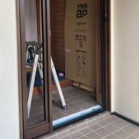 玄関ドアをパッと交換。