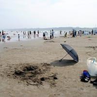 大洗サンビーチ海岸でモテモテの月💛