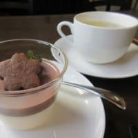 「三日月」で、いのししと豚白もつのカレー、タラのホッペとあさりのクリームパスタ、チョコレートのババロワ