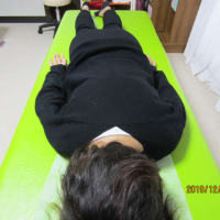 肩甲骨付近が盛上り、背中が右に傾いた姿勢が6層連動操法で改善