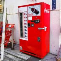 めずらしい、コカ・コーラコンツアーボトルの自動販売機、東急ハンズにて