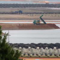 赤土土砂の搬入、積み替え、投入、辺野古の海の埋め立て=破壊が進められている。