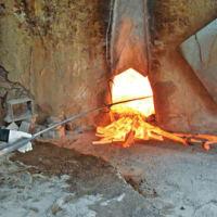 日高川町  真冬に映える紀州備長炭の炎  生産量日本一も原木確保が課題 〈2020年1月31日〉
