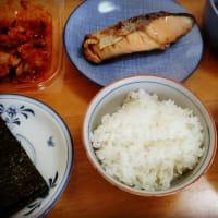 美味しいご飯と味噌汁、あとは焼き鮭だなぁ。