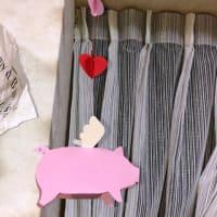 郵便のお仕事はたくさんできました。羽の生えたピンクの豚が飛ぶ。