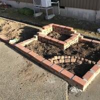 庭作り51眺める花壇②・・レンガ積み上げ。