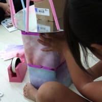 工作を通しての形についての発見 と1年生の算数のレッスンの様子です
