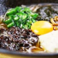 夏限定だった「黒納豆のネバネバ五色蕎麦」9月も継続的にご提供!じねんじょ蕎麦 箱根 九十九