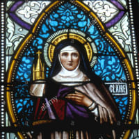 聖女クララ 名前はクララ、すなわち「輝いている」であった。その生涯は、より輝いていた。その聖徳は、最高に輝いていた(トマス・チェラーノ)
