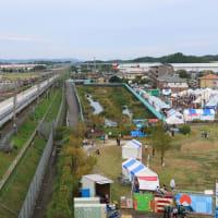 東海道本線は愛野駅付近を通過する新幹線N700系(2019年9月 オマケ、ラグビーボールモニュメント)