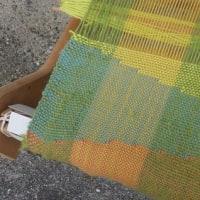 経糸を何度も修復しながら、リジット織機で模様織り