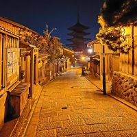 夜の京都を徘徊する 八坂の塔