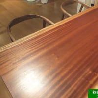 1340、光り輝き奥深さを感じるサペリの一枚板テーブル。一枚板と木の家具の専門店エムズファニチャーです。