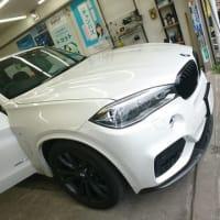 本日PITでは業者さま依頼の「BMW・X5」をフィルム施工しております!