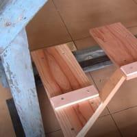 修理中、壊れた古い足踏み糸紡ぎ機(5/x)