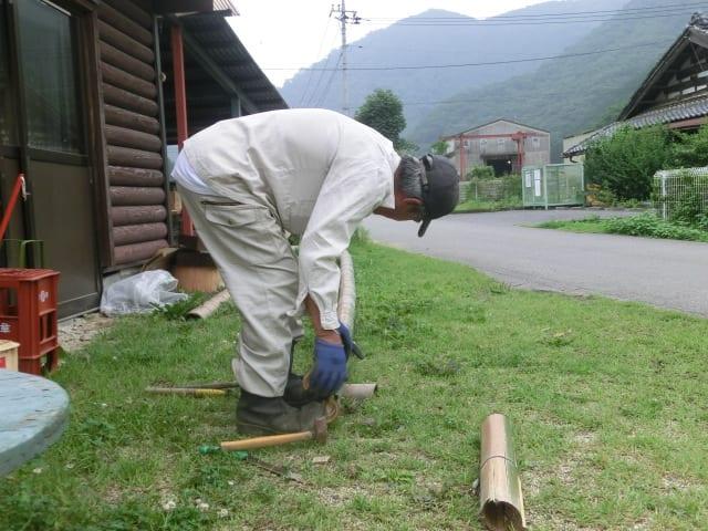 鉈で竹を割る