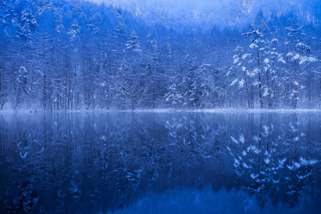 御射鹿池の雪景色写真
