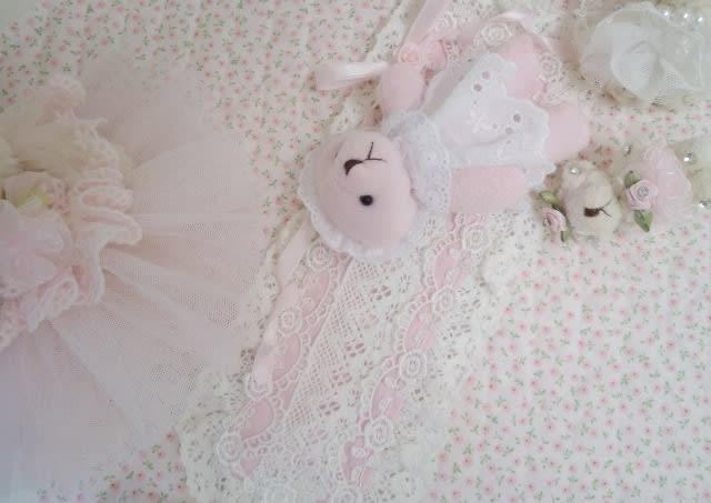 37e489f96456d アクセントに飾ったメルヘン・ムード満点のピンクと白のフリフリレース&ローズブレード☆