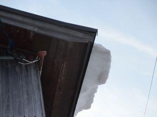 この建物では、ガラスが割れました…。雪ずり要注意!