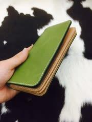 fe3d9b0adfbd コンセプト 緑の色がとてもいいので、もってて楽しくなるような財布なるように作りました。 ショップ名 ローハイド製作者 明本礼央 様販売価格  20,000円