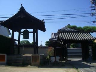 鐘楼と山門