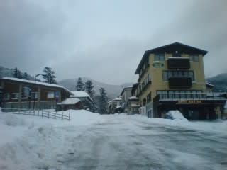 これでも一応融雪道路。個人的に融雪道路(下り)の区切りでは後ろに車が居ない時は一時停止するようにしてたりしてなかったり・・・