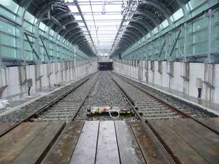 阪神なんば線九条駅から西九条駅へ向かうU型擁壁区間からトンネルを望む
