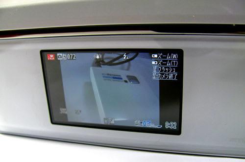 閉じたままカメラを起動するとデジカメ的なスタイルで撮影が可能