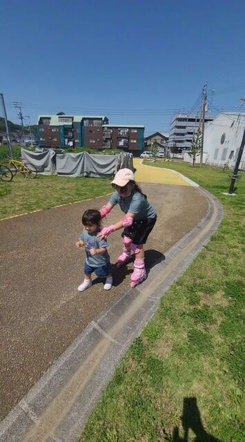インラインスケートに乗るりおちゃんです | 高知市で月々三万円で新築一戸建てを建てるならサンブランドハウス