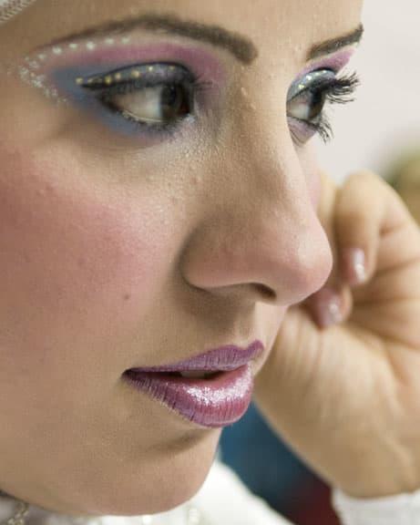 メイクアップには2時間ほどかかります。 普段からアラブ女性は日本人の目から見ると濃すぎると思えるほど目の化粧にポイントを置きます。