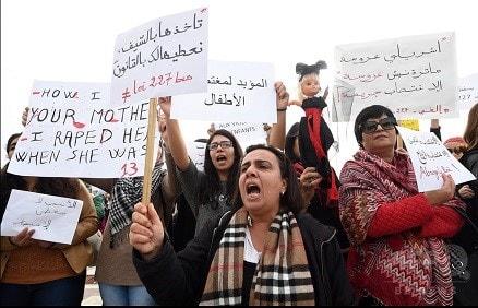 cedbb1af3cbc0 チュニジアの首都チュニスの国会議事堂前で、裁判所が13歳の少女とその少女を妊娠させた親類の結婚を認める判断を示したことに抗議する女性たち(2016年12月14日  ...