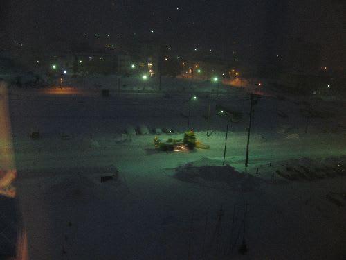 宿の窓から(朝早く除雪車が働いていました)