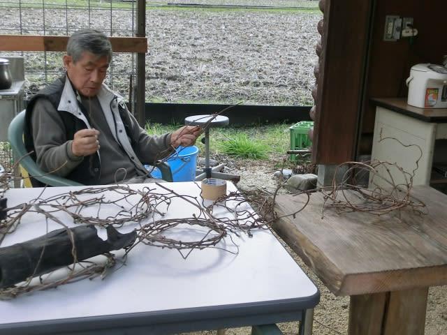 キウイの蔓を編む