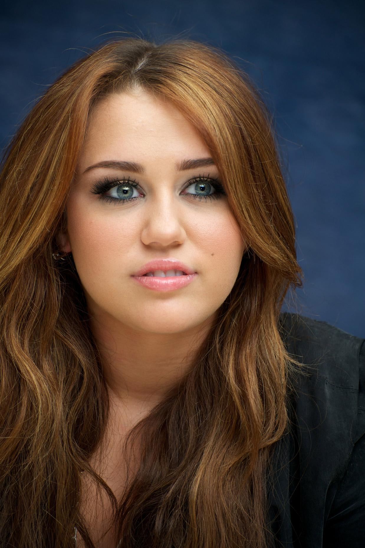 Miley Cyrus - The Last Song Press Conference 13 Mar 2010 ...