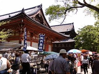 京都の東寺、弘法市に来ています